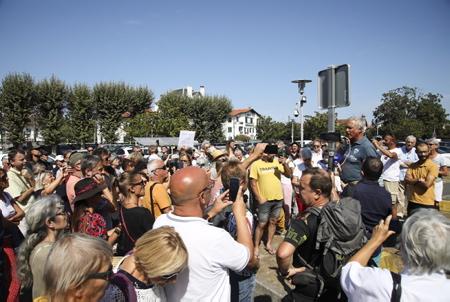 """Manifestation et intervention du DR Pascal Trotta (PHOTO) concernant et contre la mise en place du PASS SANITAIRE devant l'hôpital de Bayonne au Pays basque le 30 aout 2021, parmi les manifestants, un collectif de personnels du centre hospitalier de la côte basque, avec parmi eux, des brancardiers, infirmiers, médecins, ou encore psychologues. Ce collectif se bat depuis plusieurs semaines pour défendre le «droit de choisir ». Entre 600 et 700 agents non-vaccinés, sur 3780 employés par l'hôpital, soit plus de 17% des effectifs. Un chiffre que confirmé la direction du CHCB.  Demonstration and intervention by DR Pascal Trotta concerning and against the establishment of the SANITARY PASS in front of the Bayonne hospital in the Baque country on August 30, 2021, among the demonstrators, a collective of staff from the hospital center of the Basque coast, with among them , stretcher bearers, nurses, doctors, and even psychologists. This collective has been fighting for several weeks to defend the """"right to choose"""". Between 600 and 700 non-vaccinated agents, out of 3,780 employed by the hospital, or more than 17% of the workforce. A figure confirmed by the management of the CHCB.  Bayonne, Pays basque, Côte basque, 64 , Nouvelle Aquitaine, Pyrénées Atlantiques, Sud Ouest, France, Europe. New Aquitaine, Basque Country."""